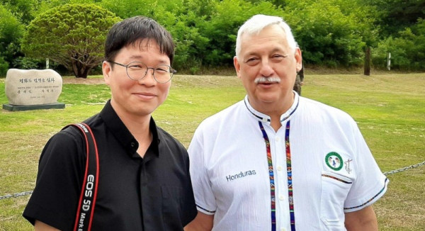 2019.08.Sch-Woo-jung-Stephen-Kim-with-Fr-General-Arturo-Sosa.jpg